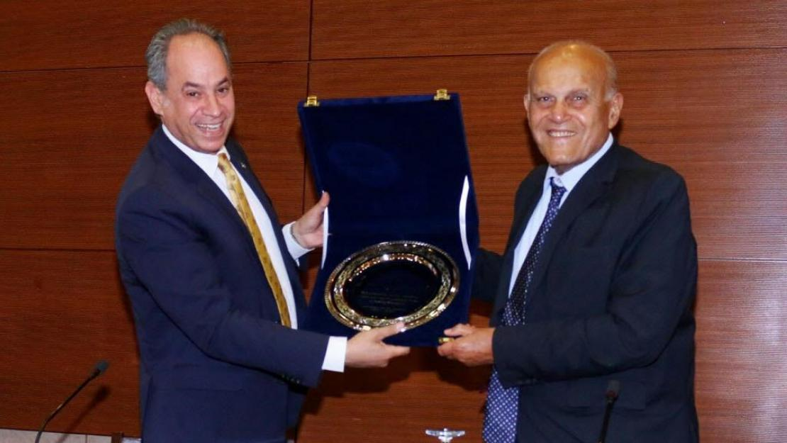 "Provost Ehab Abdel-Rahman presented Professor Sir Magdi Yacoub with a silver plate in recognition of his ""enduring commitment and remarkable impact in serving humanity"""