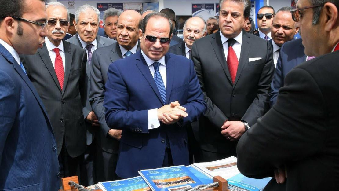 Alaa-Eldin Adris and Mohamed Abdelmoez presenting AUC's projects to Egyptian President Abdel Fattah El Sisi and other high-ranking government officials, photo courtesy of Egyptian presidency spokesperson